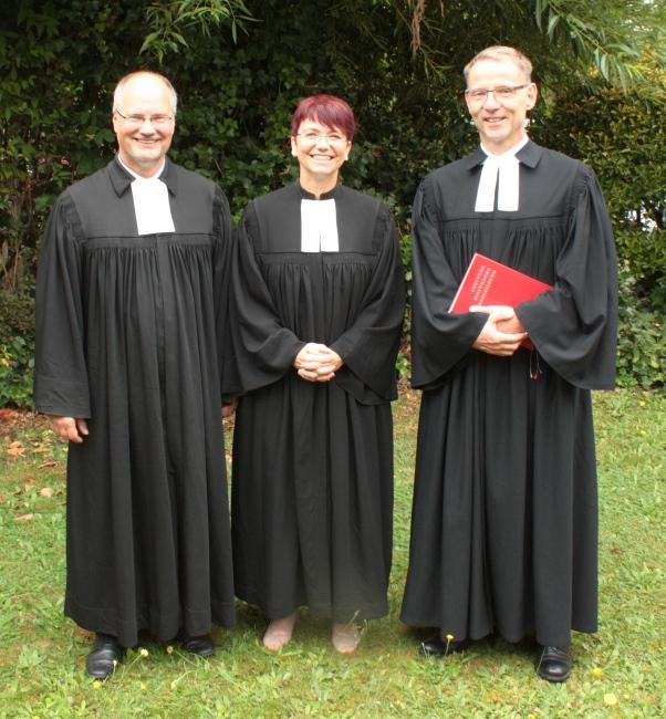 Dr. Ruth und Frederik Koßmann mit OKR Ernst nach der Einsegnung